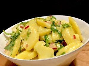 Serviervorschlag Kartoffelsalat mit Rucola